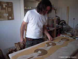 Vladimir Vobornik VobArt Vytvari Hlineny obraz v atelieru